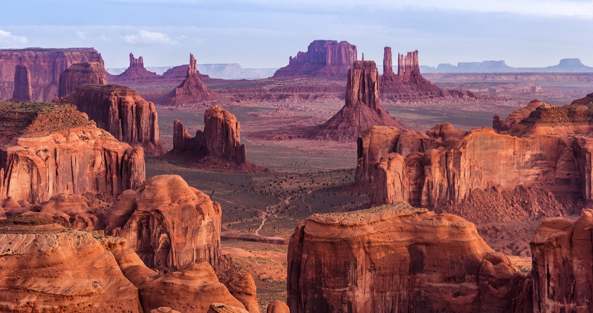 Monument Valley w USA/ Shutterstock