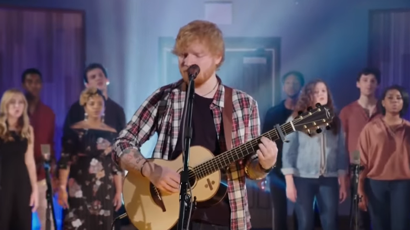 Ed Sheeran śpiewa Elvisa Presleya cover Can't Help Falling In Love WIDEO